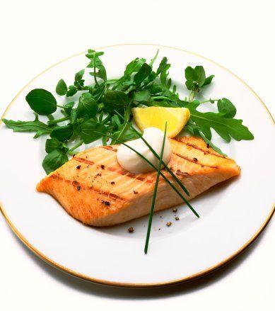 4- Somon balığı:Beyin, retina ve kalpte bulunan omega-3 asitlerini beslemenin en iyi yolu balık ama her balıkta omega-3 bulunmuyor. Soğuk sularda yetişen somon gibi yağlı balıklar omega-3 yönünden eşi bulunmaz bir kaynak.